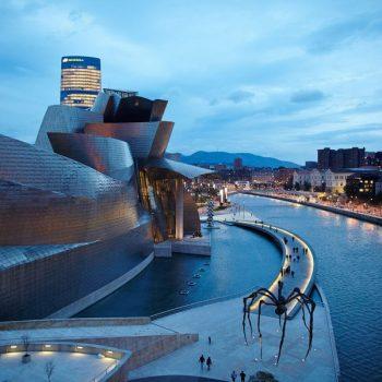 El museo Guggenheim, con la torre Iberdrola, y la ria. Bilbao Bilbo Foto: Manuel Díaz de Rada